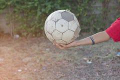 Ungar spelar fotbollfotboll för övning i aftonen Royaltyfri Foto