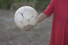 Ungar spelar fotbollfotboll för övning i aftonen Arkivfoto