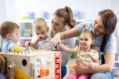 Ungar spelar med den bildande leksaken i barnkammare arkivfoto