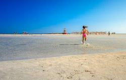 Ungar spelar och kör på den berömda sandiga stranden av Elafonissi, Kreta, Grekland Royaltyfria Bilder