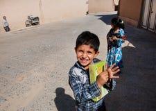 Ungar spelar på den tomma gatan av den iranska staden Fotografering för Bildbyråer