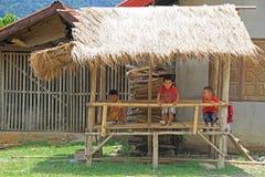 Ungar spelar på verandan Arkivfoto