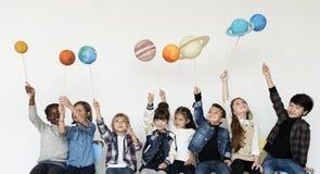 Ungar tycker om astronomigruppbegrepp royaltyfri foto