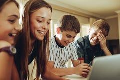 Ungar tycker om att lära med hjälpen av teknologi royaltyfri bild
