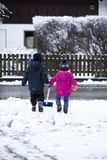 Ungar ut i snön royaltyfri bild