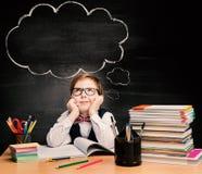 Ungar utbildning, barnpojkestudie i skolan, tänkande bubbla Royaltyfri Bild