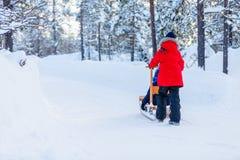 Ungar utomhus på vinter Arkivfoto