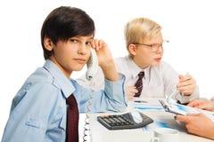 Ungar växer fastar upp, dem är i morgon affären Fotografering för Bildbyråer