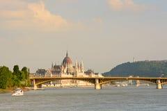 Ungarische Parlamentsgebäudeansicht über die Brücke lizenzfreie stockfotografie