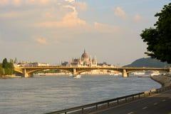 Ungarische Parlamentsgebäudeansicht über die Brücke stockfotos