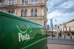Ungarisches Beitrags-alias Ungarisch Posta-Logo auf einem eines Lieferwagens Ungarisch Posta ist die ungarische Postverwaltung stockfotos