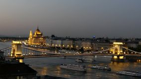 Ungarisches nationales Parlament in Budapest auf Fluss Donau stock footage