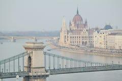 Ungarisches Parlament mit Ansicht der Hängebrücke Stockfoto