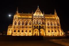 Ungarisches Parlaments-Gebäude nachts Vollmond stockfotografie