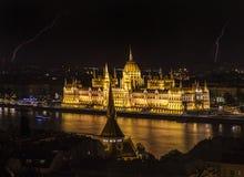Ungarisches Parlaments-Gebäude und Blitz Stockfoto