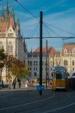 Ungarisches Parlaments-Gebäude vom Tramhalt lizenzfreie stockfotos