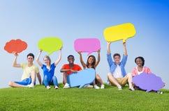 Ungdom med anförandebubblor royaltyfria bilder