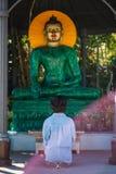 Ungdom och serenitet som delar ett tyst ögonblick Fotografering för Bildbyråer