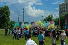 Ungdom som firar festivalen av färger Arkivbilder