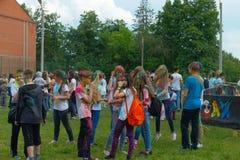Ungdom som firar festivalen av färger Arkivfoto