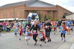 Ungdom som körs på Fargo Marathon Royaltyfria Bilder
