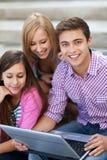 Ungdomar med bärbar dator Arkivbilder