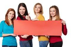 Ungdomar med banret Royaltyfri Foto
