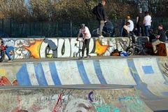 Ungdomar på skridskon parkerar Fotografering för Bildbyråer