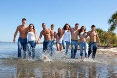 Ungdomar på stranden arkivbild