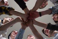 Ungdomarförenade deras händer Arkivfoto