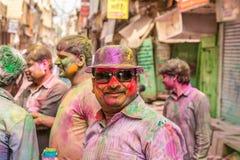 Ungdomarfirar den Holi festivalen i Indien Arkivfoto