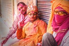Ungdomarfirar den Holi festivalen i Indien Arkivfoton