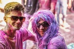 Ungdomarfirar den Holi festivalen i New Delhi Indien Royaltyfria Bilder