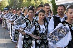Ungdomarfrån Rumänien i traditionell dräkt royaltyfria bilder