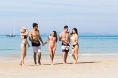 Ungdomargrupp på strandsommarsemester, lyckliga le vänner som går sjösidahavshavet Royaltyfria Bilder