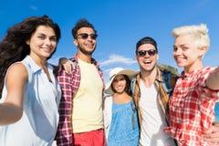 Ungdomargrupp på strandsommarsemester, lyckliga le vänner som tar det Selfie fotoet Arkivfoton