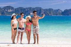 Ungdomargruppen på strandsommarsemester, två kopplar ihop lyckliga le vänner som tar det Selfie fotoet Fotografering för Bildbyråer