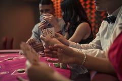 Ungdomari en kasino royaltyfria foton