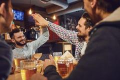 Ungdomari ett m?te i en bar fotografering för bildbyråer