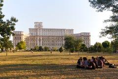 Ungdomari Izvor parkerar nära parlamentslotten, Bucharest, Rumänien Arkivfoto
