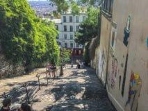 Ungdomarklättrar utomhus- trappa på Montmartre, Paris, på sommardag Arkivfoto