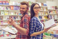 Ungdomarpå boken shoppar Arkivbilder