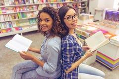Ungdomarpå boken shoppar arkivfoton