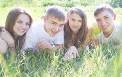 Ungdomarpå gräset royaltyfria bilder