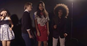 Ungdomarpå partiet i diskoklubban arkivfilmer