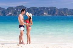 Ungdomarpå strandsommarsemester, parvänner som omfamnar blått vatten för sjösida Royaltyfri Fotografi