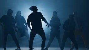Ungdomarpraktiserande dans f?r showen repetition framst?llning av framsteg i dans dansa tillsammans arkivfilmer