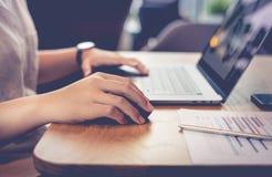 Ungdomarsom arbetar med den moderna bärbara datorn i arbetsplatsen, kafé Arkivbilder