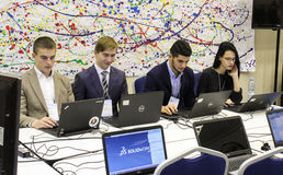 Ungdomarsom arbetar passionately på en dator Royaltyfria Foton