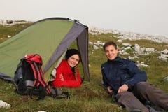 Ungdomarsom campar i bergen Royaltyfri Fotografi